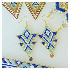 Bonjour, voici une paire de boucles doreilles entièrement tissée à la main. jai fait un tissage forme triangle avec les populaires et délicates perles japonaise de la marque MIYUKI dans les tons de bleu intense, blanc, vert lagon & gold. Jai ajouté une petite pastille ronde 6mm doré.