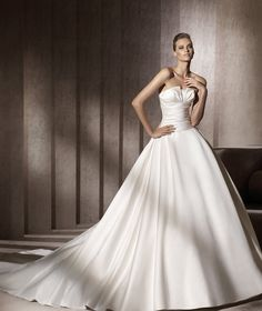 Pronovias presents the Georgia bridal dress. Glamour 2013. | Pronovias