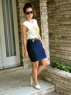 Look do dia com regata bordada, saia de crochê azul marinho e tênis. Knit crochet skirt ootd #style #fashionblogger