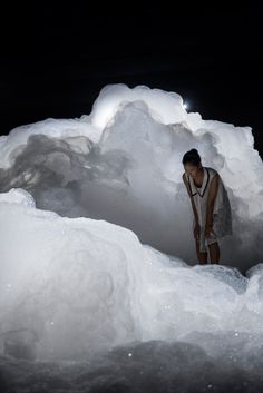 Japanese artist Kohei Nawa filled a dark room with billowing clouds of foam for this art exhibition in Aichi, Japan. Kohei Nawa used a mixture of detergent, glycerin and water to create the bubbly forms of his installation, entitled Foam. Aichi, Land Art, Conception Scénique, Instalation Art, Kunst Online, Drawn Art, Night Circus, 3d Studio, Sombre