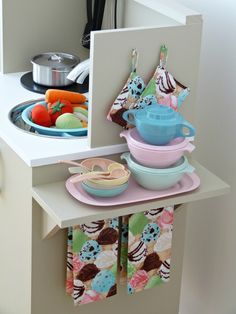 POP, and, CUTE ?  scary dezain, do it ・・・.  Super sweet DIY play kitchen from Dans le Townhouse blog.