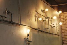 Antique bulbs meet industrial piping for a steampunk look in this cafe. Lampada Edison, Edison Lamp, Edison Lighting, Antique Light Bulbs, Antique Light Fixtures, Garden Figurines, Diy Shops, Blitz, Vintage Lighting
