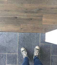 sennilega of dökkt Solid Hardwood Floors, Grey Flooring, Types Of Wood Flooring, House, Kitchen Flooring, Laundry Makeover, Doors And Floors, Flooring, Entryway Flooring