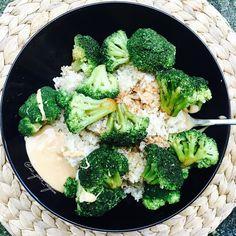 Post workout lunch has literally cooked itself  I put half quinoa/half rice in the rice cooker and broccoli in the steamer while I showered - when everything was ready I added one tbsp peanut butter and some low sodium soy sauce  easy and nutritious  ------------------------------------- Mein Post Workout Mittagessen hat sich quasi von selbst gekocht  einfach halb Reis/halb Quinoa in den Reiskocher und Brokkoli in den Dampfgarer gepackt während ich geduscht habe. Als ich dann fertig war…