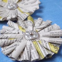 Recycled Phone Book Flowers « The Hybrid Chick Book Flowers, Diy Flowers, Paper Flowers, Fabric Flowers, Crafts For Teens, Fun Crafts, Arts And Crafts, Book Page Crafts, Phone Books
