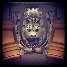 Un petit air de #Scar #RoiLion  Détail #lion #décor #porte entrée immeuble boulevard #Carnot