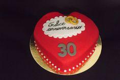 Torta di anniversario per le nozze di perle, naturalmente con perle di pasta di zucchero