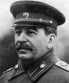 Josef Stalin (18-12-1878, 05-03-1953) was leider van de Communistische Partij van de Sovjet-Unie en had de macht over de hele Sovjet-Unie. Vlak voor de Tweede Wereldoorlog sloot hij samen met Hitler een niet-aanvalsverdrag (het Non-agressiepact). Daarbij verdeelden zij Polen onderling. Hierdoor werd de oorlog onvermijdelijk, wat ook Stalins bedoeling was. Op 17 september 1939 viel De SU Polen binnen.