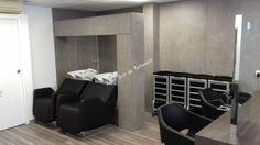 Agencement du salon de Coiffure Aurélie S à Stiring -Wendel réalisé en panneaux EGGER F 274 ST9 Béton clair