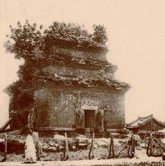 1914년.  경주 분황사 석탑. Old Pictures, Old Photos, Vintage Photographs, Vintage Photos, Meiji Restoration, Asian History, Historical Images, Old Building, Landscape Photos
