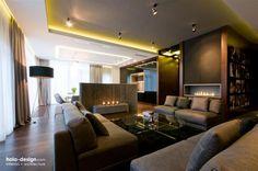 Monochromes Design heißt Verwendung von einer Farbe jedoch in verschiedenen Schattierungen. Dies bringt Harmonie und Ruhe in den Raum. Extrem modern sind die Farbtöne von Grau und Braun. Für einen entspannten Feierabend sorgt der Kamin.