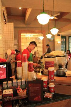 这位调咖啡的小哥,据店长说,其拉花功夫在国内属一流水平。