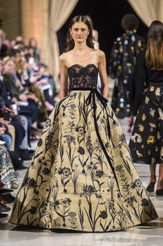 Nude distressed silk floral ball gown with sheer black lace bodice - New York Fashion Week Oscar de la Renta RTW Fall 2018 Autumn Fashion 2018, Fashion Week, New York Fashion, Runway Fashion, Style Couture, Haute Couture Fashion, Gala Oscar, Beautiful Gowns, Beautiful Outfits
