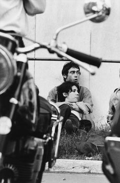 Goksin Sipahioglu. Amoureux soixante huitard lors d'un manif de l'UNEF devant l'usine Citroen occupe Paris, FRANCE. June 1, 1968
