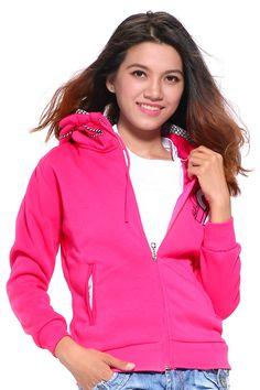 Áo được may trên nền vải thun nỉ màu hồng sen với kiểu dáng đơn giản cùng thiết kế 2 túi, có mũ phối viền caro trên nón, trước ngực in số 99 làm cho chiếc áo thêm trẻ trung và xinh xắn. Với chiếc áo khoác xinh xắn này bạn có thể dễ dàng kết hợp với nhiều loại trang phục khác để làm nổi bật phong cách thời trang của chính mình, giúp tôn lên nét trẻ trung, năng động của bạn gái.