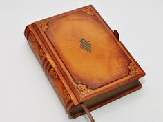 Brown leather journal antique style. This journal has approx. 8.1x5.7 (20,5x14,5 cm) with 640 pages (counting side by side).  For the journal block I used 80g white paper and I treated the edges for older look. The sewing of the journal block was made by hand and for fore pages I used brown silk paper.  I made the cover using genuine leather, tooled and antiqued by hand. The leather is really old, but a very good quality, have some scratches and I just helped it a little bit to look antique…