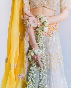 Elegant And Charming Floral Kadas We Are Crushing On Right Now Bridal Jewellery Online, Bridal Jewelry, Flower Jewelry, Bridal Necklace, Silver Jewelry, Bridal Games, Bridal Bangles, Bride Look, Vintage Bridal