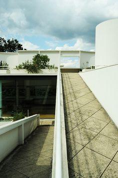 Villa Savoye | Flickr - Photo Sharing! Building Drawing, Alvar Aalto, Modern Masters, Le Corbusier, Modern Architecture, Mid-century Modern, Muse, Villa, Mid Century