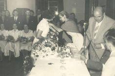 Memória » Indústrias ourdes Ruppenthal recebe a medalha e os cumprimentos da primeira-dama Neda Ungaretti Triches. Foto: Studio Geremia, acervo de família, divulgação.uma formatura de corte e costura em 1953
