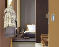 Réchauffez l'atmosphère grâce aux teintes automnales veloutées. Avec une couleur différente par surface, cette chambre mêle l'orange brûlé, les tons marrons chauds et le rose mat pour créer un havre de paix chaleureux.