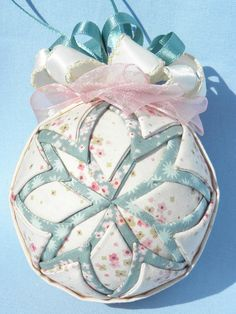 Spring / Summer ornament with Ø 8 cm in snowflakepattern.