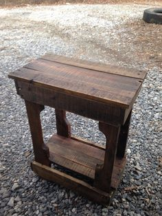 Wood pallet end table Barn Wood Projects, Diy Pallet Projects, Custom Woodworking, Woodworking Projects Plans, Diy Pallet Furniture, Wood Furniture, Furniture Ideas, Pallet End Tables, Side Tables