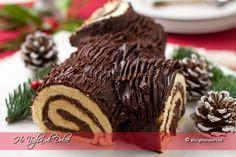 Tronchetto di Natale (Buche de Noel), ricetta dolce natalizio. Tanta cioccolata, soffice e facile. Immancabile sulla tavola natalizia, buono da mangiare e vedere