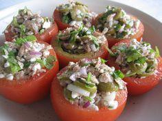Tonnikalalla ja raejuustolla täytetyt tomaatit