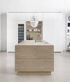 Our designs contains a lot of whitepigmented oak for the moment, which gives the oak a fresh, lighter look. It goes with most colours, here on an island combined with white units and a larder with oak interior to die for. Kitchen Dinning Room, Loft Kitchen, Kitchen Decor, Modern Scandinavian Interior, Scandinavian Kitchen, Cocinas Kitchen, Küchen Design, Interior Design Kitchen, Home Kitchens