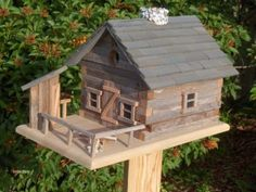 The design of this bird house is similar to the log cabin that Abe Lincoln was born and raised in. This type of cabin was constructed of hand hewn logs, a modern departure from the round log construction of the early settlers in America.
