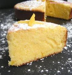 Moelleux au citron // 80 g farine 40 g maïzena 130g sucre glace 80 g beurre 4 œufs 1 sachet levure 1 citron non traité Séparez blancs des jaunes d'œufs. Fouettez jaunes+sucre+jus du citron-mélange blanchisse. Ajoutez beurre fondu, farine, levure, fouettez -pâte homogène et légèrement mousseuse. Battez blancs en neige et incorporez-les délicatement à la préparation précédente. Versez pâte dans moule beurré et fariné. Cuire 20 minutes à 180°.