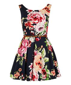 Such a pretty dress, makes me want to have a garden party... if only I had a garden... :)