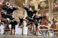 В субботу, 8 апреля, лабытнангцев ждут на фольклорном празднике народа ханты «Ворнга хатл».   Программа Вороньего дня предполагается весьма насыщенной и разнообразной. В 13−00 в фойе Городского дома культуры будет развёрнута выставка декоративно-прикладного искусства «Мир финно-угорских народов», в рамках которой состоятся мастер-классы «Национальная кукла» и «Бисероплетение». В 14−00 на сцене ГДК фестиваль финно-угорских народов «Под звуки северного бубна» объединит в красочном действе…