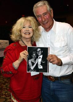 Connie Stevens & Robert Fuller pose for a young fan. Old Movie Stars, Classic Movie Stars, Classic Hollywood, Old Hollywood, Joely Fisher, James Stacy, Robert Fuller Actor, Connie Stevens