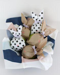 Les beaux jours arrivent et c'est le moment idéal pour préparer Pâques avec vos enfants. Voici 15 DIY faciles à réaliser, qui pourront décorer votre intérieur et amuser vos bambins...