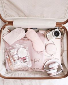 travel essentials в 2019 г. Packing Tips For Travel, Travel Essentials, Travel Bags, Travel Aesthetic, Pink Aesthetic, Trousse Make Up, Accesorios Casual, Travel Organization, Packing Tips