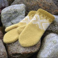 Ravelry: Marius tova votter free pattern by Sandnes Garn Knitted Mittens Pattern, Knit Mittens, Knitted Gloves, Knitting Patterns, Wrist Warmers, Hand Warmers, Knit Crochet, Crochet Pattern, Free Pattern