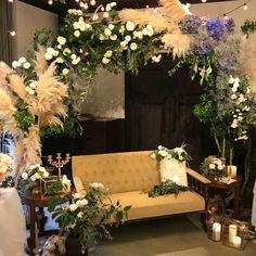 プランツコレクション/名古屋アトリエさんはInstagramを利用しています:「. #plantscollection #名古屋アトリエ #weddingflower #ソファ #sofa #メイン装花 #アーチ #キャンドル」 Japanese Wedding, Korean Wedding, Wedding Photo Walls, Wedding Photos, Sofa Seats, Pretty Lights, Event Styling, Photo Booth, Maine