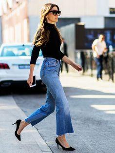 """Jetzt tragen alle die """"Cropped Flare Jeans"""" - eine ausgestellte Jeans, deren Saum nur bis zum Knöchel reicht. Wir zeigen Produkte zum Nachshoppen."""