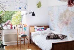 Pregue um mapa mundi e sonhe acordado com os lugares que você ainda vai conhecer. | 16 jeitos matadores de transformar seu quarto no melhor lugar do mundo