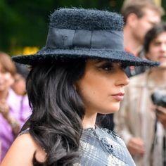 La chanteuse au look extravagant serait-elle en train de rentrer dans le rang ?  http://www.elle.fr/Mode/Les-news-mode/Autres-news/Lady-Gaga-une-robe-de-mariage-Vera-Wang-2952190