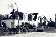Woningen in Huizum-Dorp, langs de straat naar de kerk. De witgeverfde worden samen Het Slotje of Het Grietmanshuis genoemd.