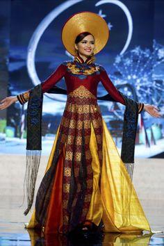 Miss Vietnam from 2012 Miss Universe National Costume Miss Universe Costumes, Miss Universe National Costume, Vietnamese Traditional Dress, Vietnamese Dress, Traditional Fashion, Traditional Dresses, Ao Dai, Miss Vietnam, North Vietnam