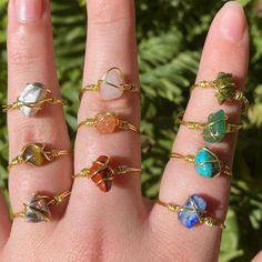 Wire Jewelry Designs, Handmade Wire Jewelry, Diy Wire Jewelry Rings, Handmade Rings, Crystal Jewelry, Beaded Jewelry, Diy Crystal Rings, Diy Gemstone Rings, Crystal Cluster