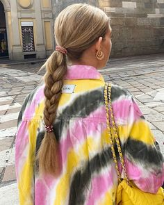 Bright colours tie dye top pink yellow grey for summer spring fall autumn style inspiration street style blonde hair plait easy hair ideas easy outfit ideas Fashion Mode, Fashion Killa, Look Fashion, Fashion Beauty, Tie Dye Fashion, Paris Fashion, Spring Fashion, Winter Fashion, Gianni Versace