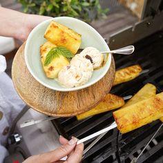 Prekvapenie! 😋 Ugrilovali sme na sladko a pripravili skvelý, originálny dezert - grilovaný ananás so zmrzlinou. 🍍🍨  Mňam, to je maškrta. 😋 #vitana #grilovanie #ananás #grilovacka #chutnakuchyna #recept #recepty Pineapple