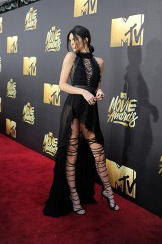 Kendall Jenner y sus piernas kilométricas se lucieron con unas botas épicas de Dsquared2. | 21 Looks que prendieron la alfombra roja de los MTV Movie Awards
