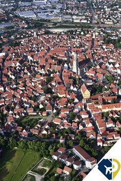 Se llama Nördlingen, y se encuentra en Baviera, Alemania. Además de que su aspecto arquitectónico lo convierten en un lugar que parece de algun cuento romántico, el pueblo está emplazado en medio de un enorme cráter de meteorito caído hace millones de años. El cráter, tiene unos 25 kilómetros de diámetro por lo que estaremos dentro de él, aunque a simple vista no lo notemos.