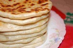 """""""Hicin"""" sunt niște plăcinte din bucătăria caucaziană, care seamănă foarte mult cu cele românești. Aluatul este pe bază de chefir și se prepară foarte repede. Aluatul este elastic, moale și ușor de modelat. Umplutura este specifică, preparată din cașcaval sau brânză, usturoi și verdeață sau din piure de cartofi și verdeață. Indiferent de ce umplutură …"""