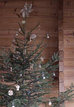 Beautiful understated Christmas tree. http://www.timeoftheaquarius.com
